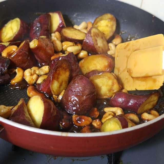 合わせた調味料をフライパンで煮立て、さつまいもとカシューナッツを絡める