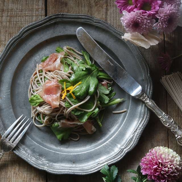春菊と蕎麦のシンプルサラダ