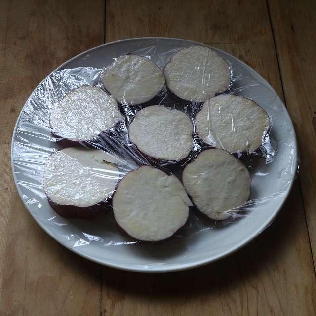 1cm厚さに切ったさつまいもを皿に並べ、水少々をふり、ラップをして火が通るまでレンジ加熱する