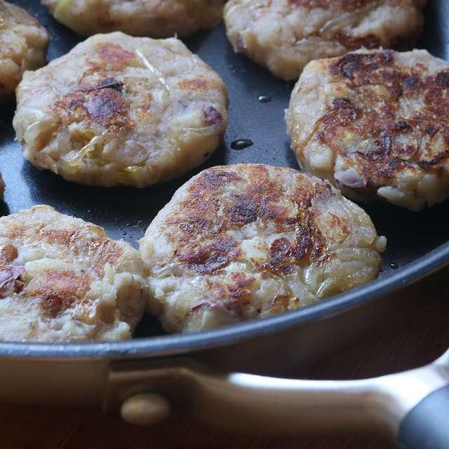 フライパンにオリーブオイルをひき、両面が色づくまで焼く