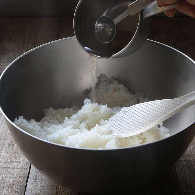 すし酢の調味料を合わせ、ご飯に回し入れ、しゃもじで混ぜる