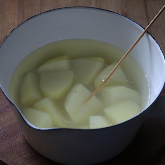 皮を剥いたじゃがいもを適当な大きさに切り、塩を少々加えた水で茹でる