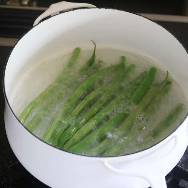 インゲンのヘタを取り、塩少々を入れた湯で茹でる