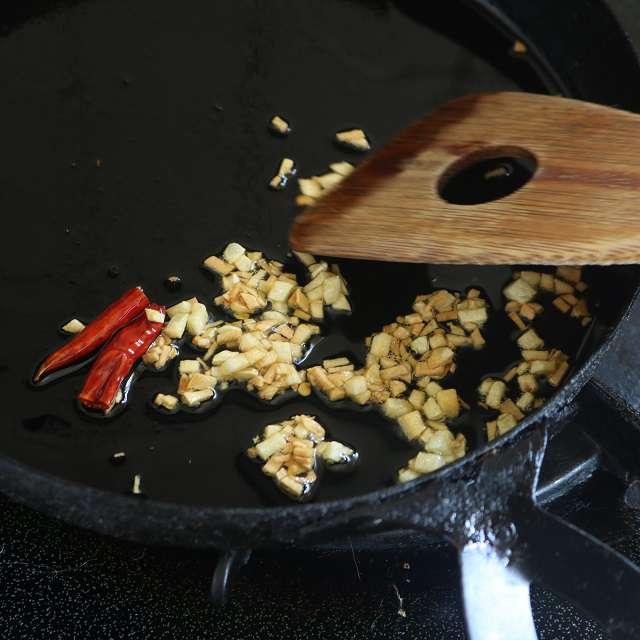 オリーブオイルをひき、ニンニクと唐辛子を入れて弱火にかけ、ニンニクがキツネ色になるまで炒める