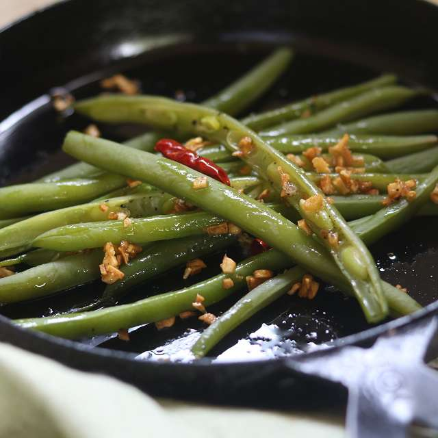 フライパンを火から下し、インゲンを和えて器にのせ、塩、コショウで味を調える