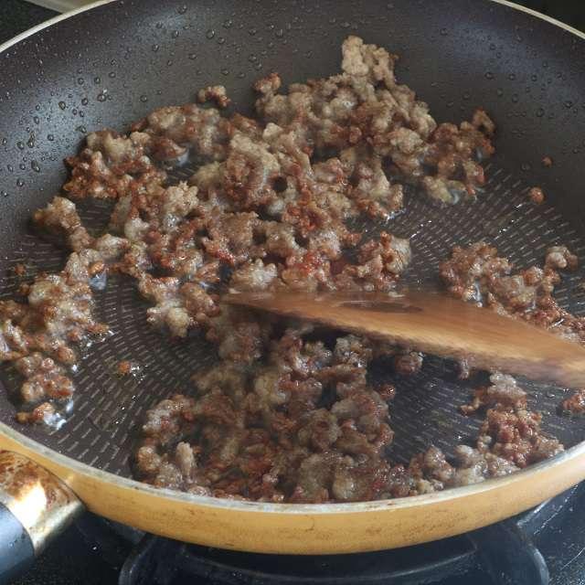 中火でひき肉をほぐしながらしっかりと炒める