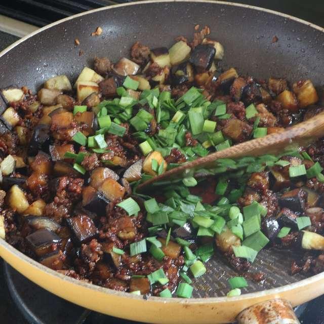 調味料を加え、味がしみるまで強火で炒め、最後にニラを加えて混ぜる