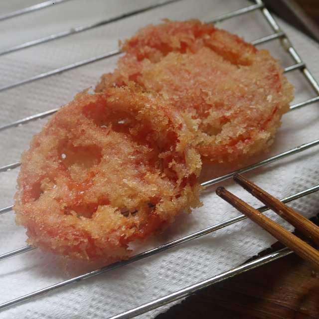 油を170℃に熱し、パンk粉をつけたトマトをカリッと揚げる