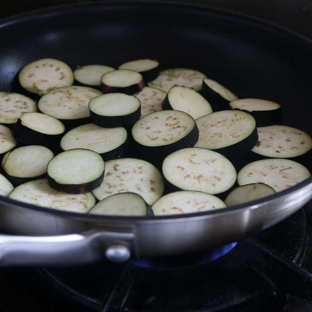 オリーブオイル大さじ1をフライパンで熱し、ナスの片面を焼く