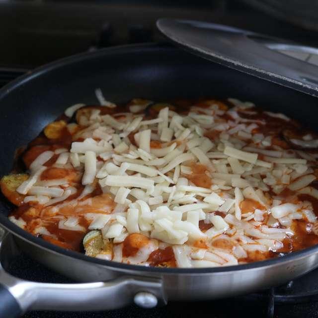 ソースが温まり、ナスに味が付いたらチーズをのせ、再び蒸し焼きにする