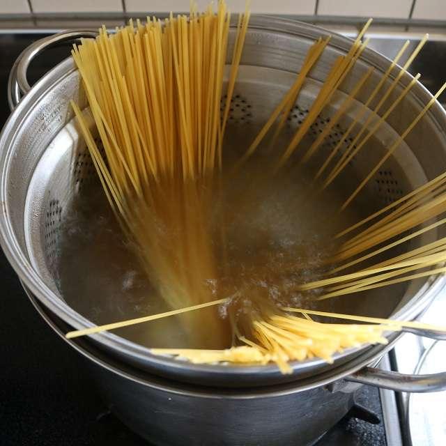 鍋に塩を入れ、パッケージの表示時間通りに茹ではじめる