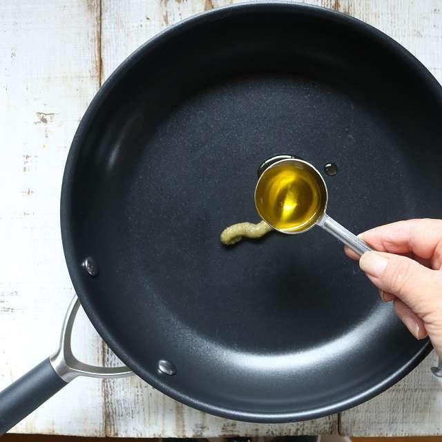 フライパンに柚子胡椒とオリーブオイルを入れ、よく混ぜる