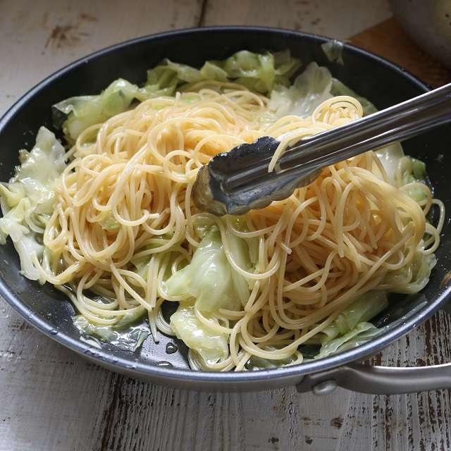 茹で上がったパスタとキャベツをフライパンに入れ、少々の茹で汁を加えて混ぜ合わせる