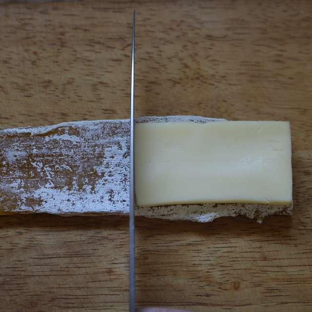 干し芋をチーズに合わせて切る