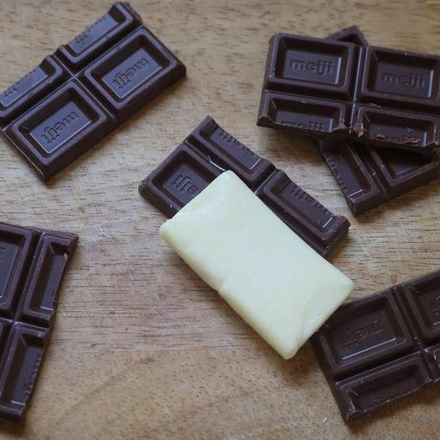 チョコレートもチーズに合わせて切る