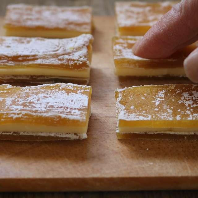 チーズを干し芋で挟み、軽く押さえる