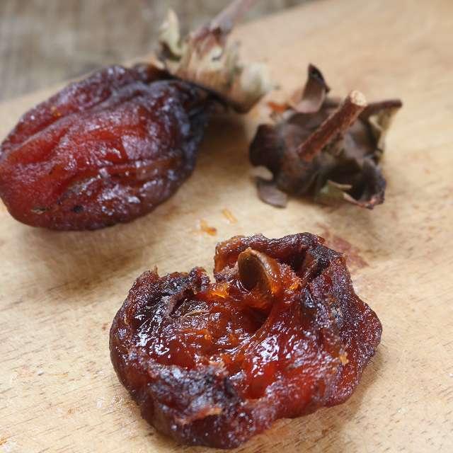 干し柿はヘタを切り取って、タネを丁寧に取り出し、ヘタは取っておく