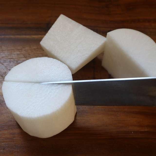 大根を5cmの輪切りにし、皮を剥いて縦半分に切る