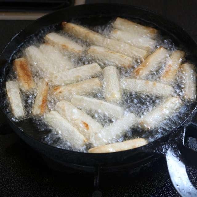 大根の水気をペーパータオルなどで取り、175~180℃に熱した油で素揚げする