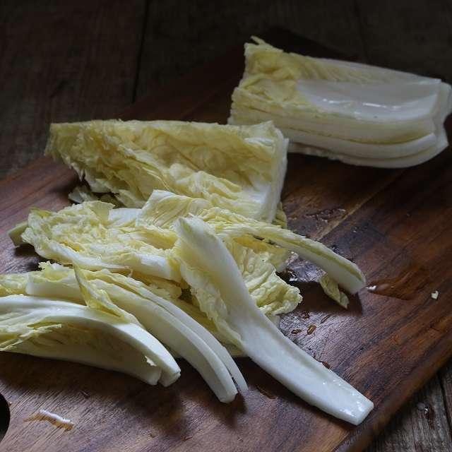 白菜は繊維に沿って、長さ13cm幅2cmに切る