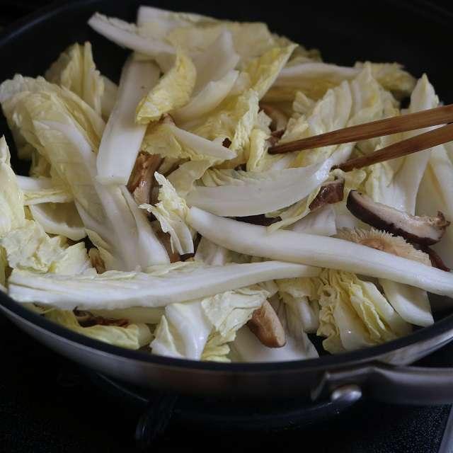 フライパンにごま油を熱し、戻した椎茸と白菜を軽く炒める