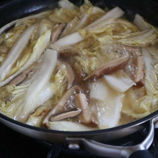 かぶるくらいの湯と塩小さじ1を入れ、白菜がしんなりするまで茹で、ザルにあげる