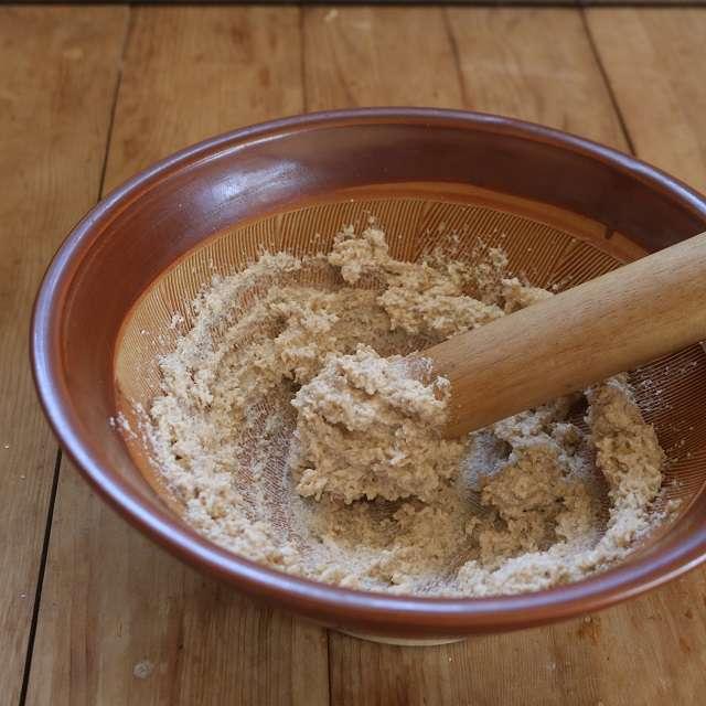 豆腐を加え、滑らかになるまで摺り、塩と砂糖を加えて混ぜ合わせる