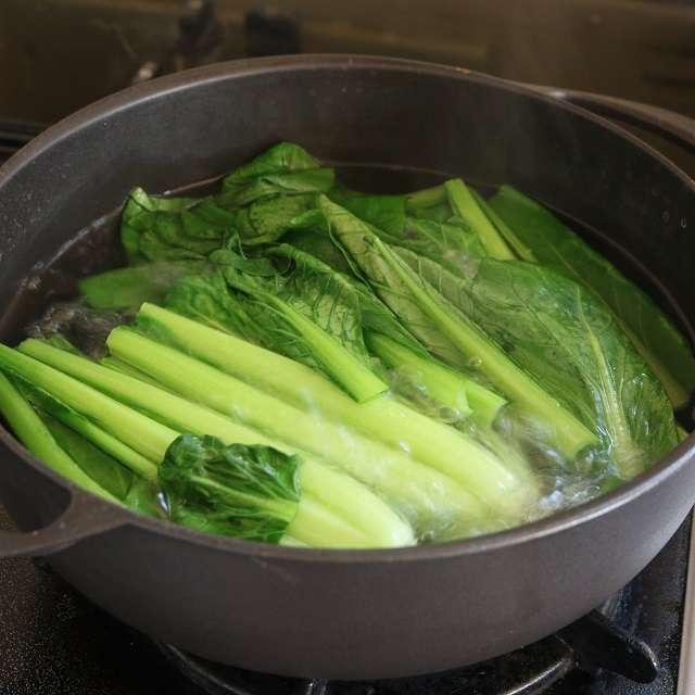 鍋に湯を沸かし、茎の部分を30秒茹でたら葉の部分を加えて更に15秒茹でる