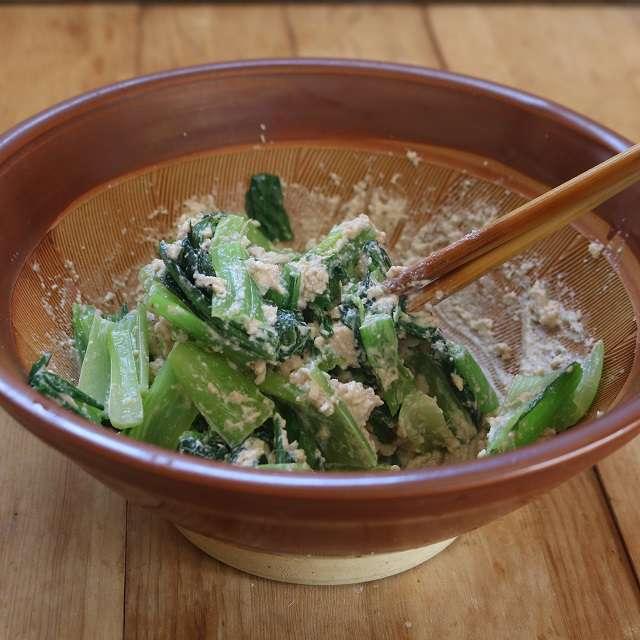 小松菜を3cm長さに切って和え、大きく砕いたクルミを混ぜ合わせて盛り付ける
