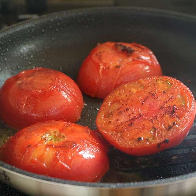 フライパンにオリーブオイル大さじ2を熱し、強火でトマトの両面を焼く