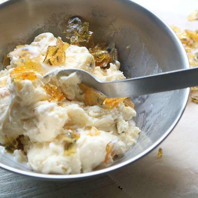 ボウルにアイスクリームを入れ、ラベンダーの飴を加えて混ぜ、手早く器に盛る