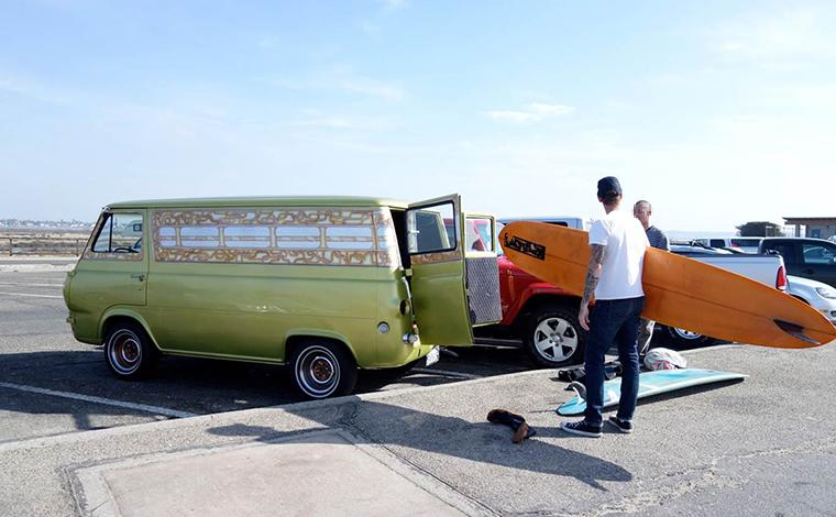 カリフォルニア州南部オレンジカウンティのサーフポイントの駐車場に、サーファーたちがクルマを停めている