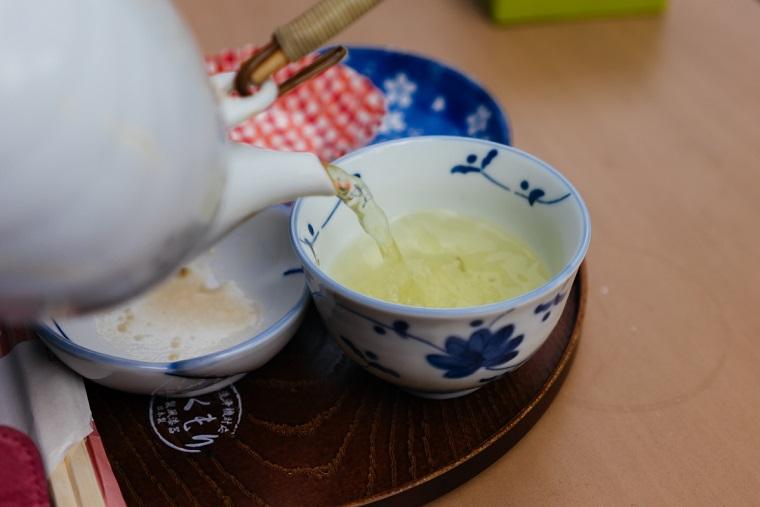 縁側カフェでのお茶入れの写真