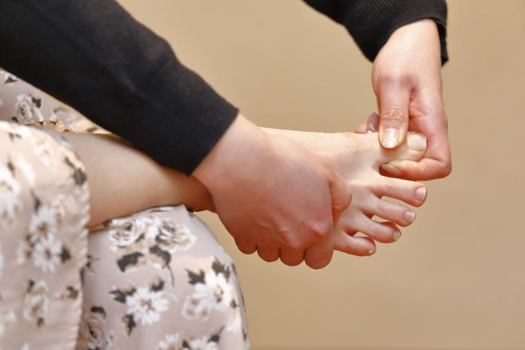 足のむくみ解消ストレッチ、足指ほぐし