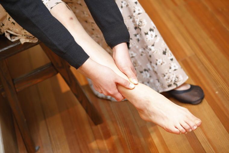 足首を動かしながらふくらはぎをもむ、足のむくみ解消ストレッチ