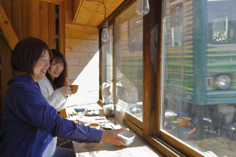 鎌倉「ヨリドコロ」で江ノ電を見ながら朝ご飯を食べている写真
