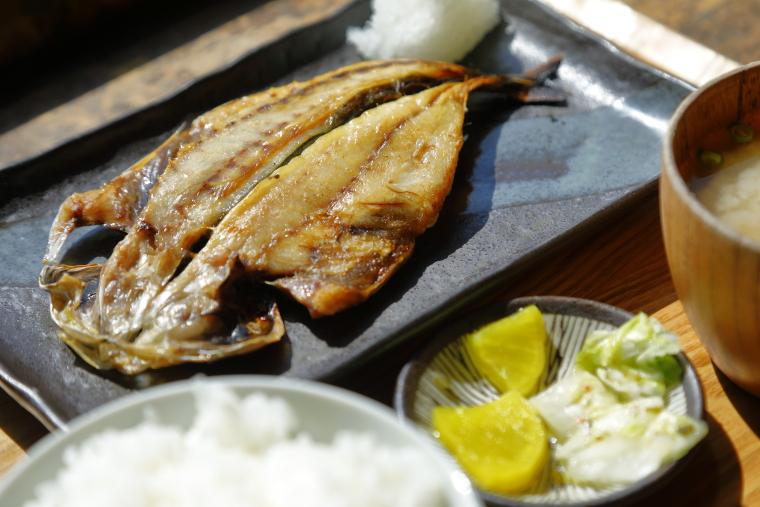 鎌倉「ヨリドコロ」のあじ干物定食の写真
