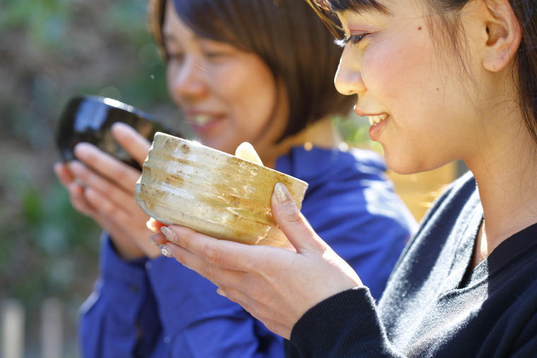 鎌倉・安国論寺で抹茶をいただいている写真