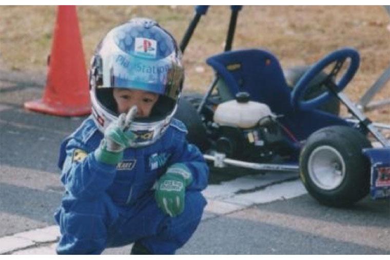 大津弘樹選手の幼少期、カートに乗ってる画像