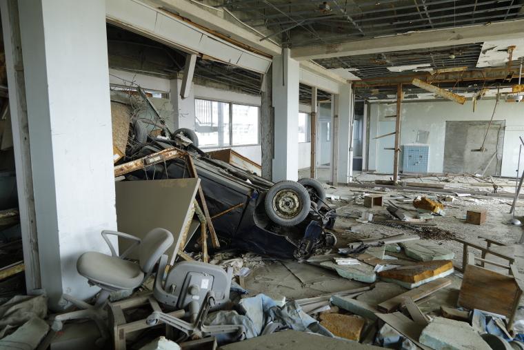 校舎3階に流されてきた車