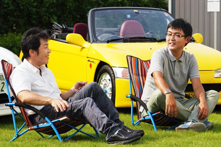 オープンカーについて楽しそうに語る座談会メンバー:山口さん(左)と澤田さん(右)