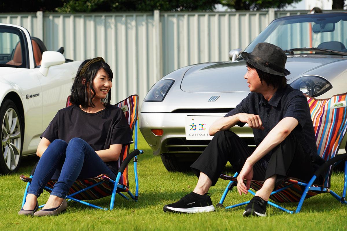 愛車を持ち寄ってオープンカーについて語る座談会メンバー:深尾さん(左)と佐藤さん(右)