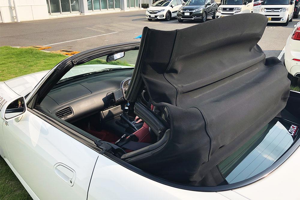 Honda「S2000」 の幌を収納している途中の写真。ソフトトップの幌