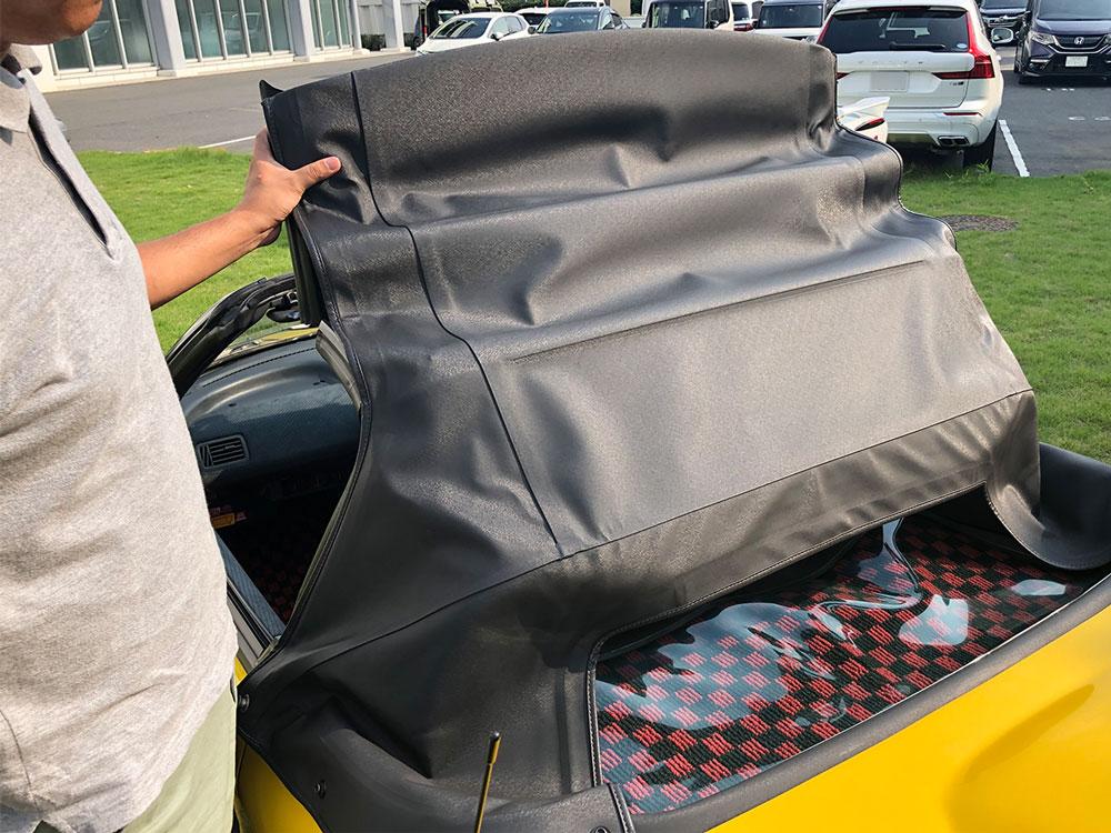 Honda「ビート」の幌開閉時のようす。折り畳みのソフトトップ