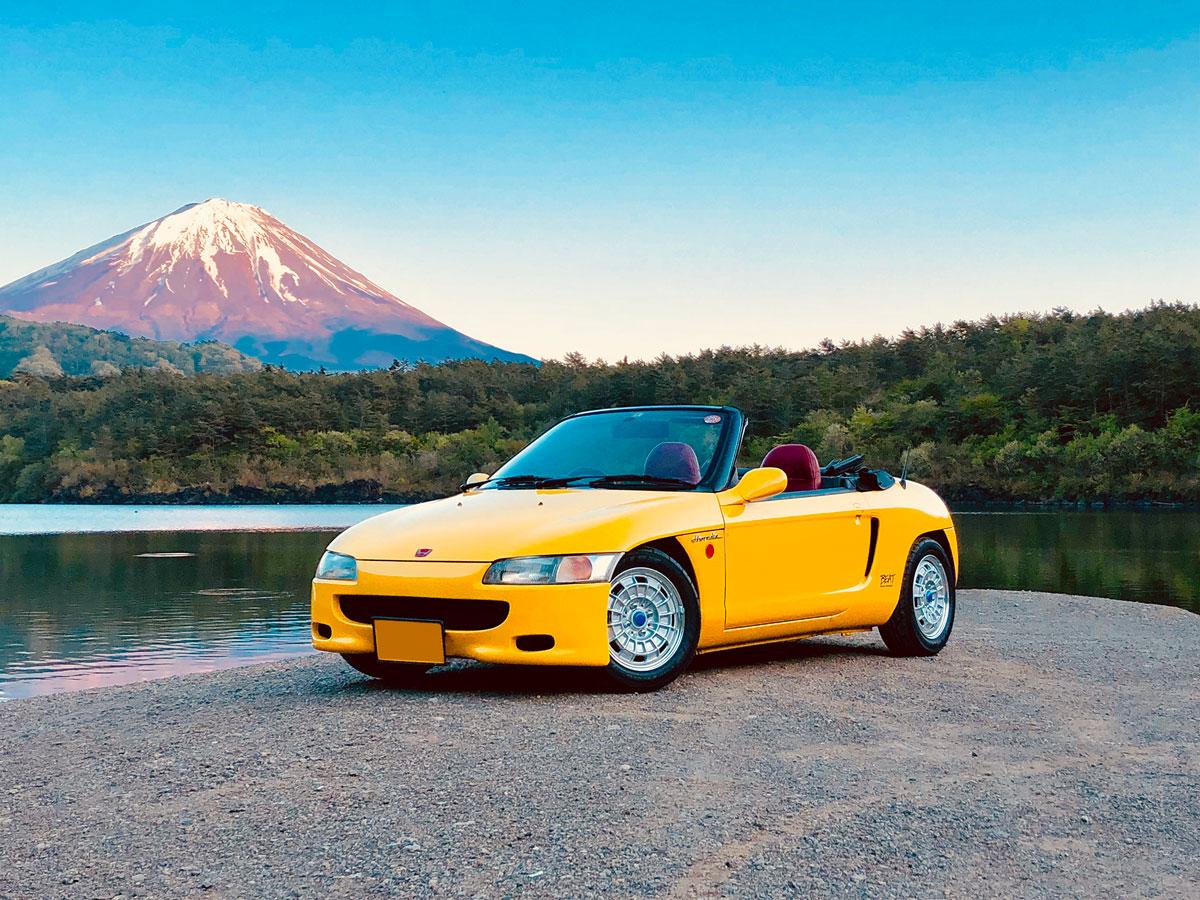 富士五湖・西湖のほとりに止まるHonda「ビート」