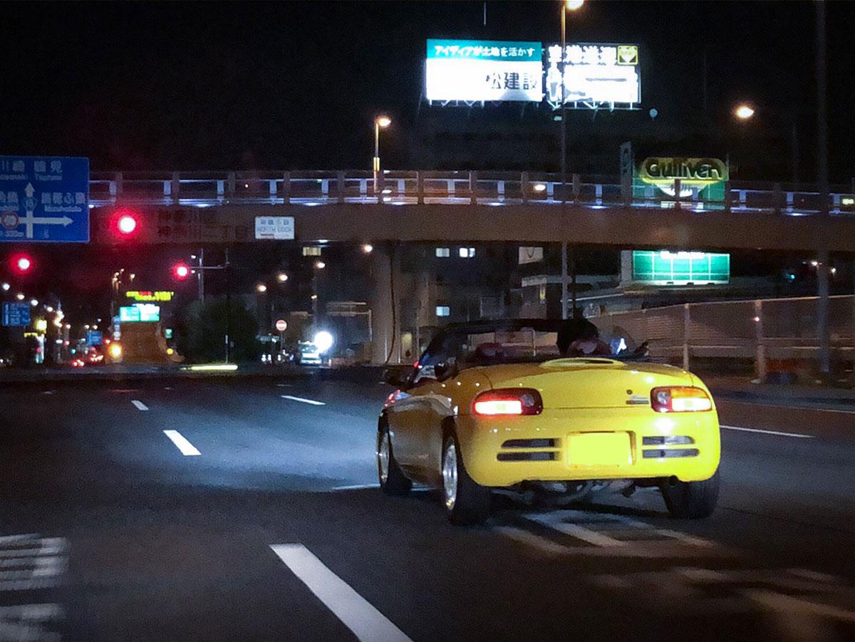 Honda「ビート」が夜の道路を走っている写真