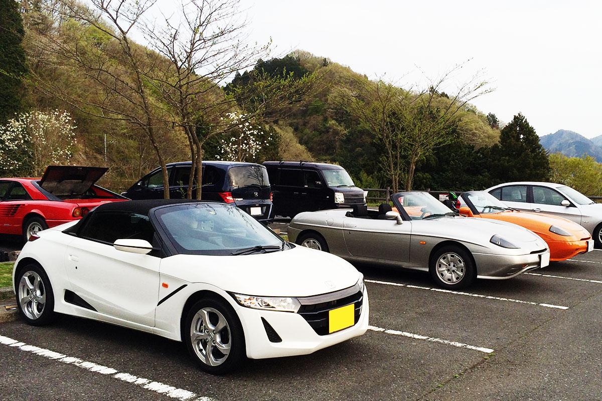 Honda「S660」とFIAT「バルケッタ」2台が駐車している写真