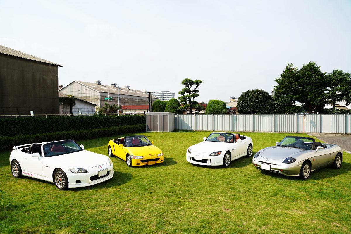 Honda「S2000」が2台、Honda「ビート」、FIAT「バルケッタ」の合計4台のオープンカーが集合している写真