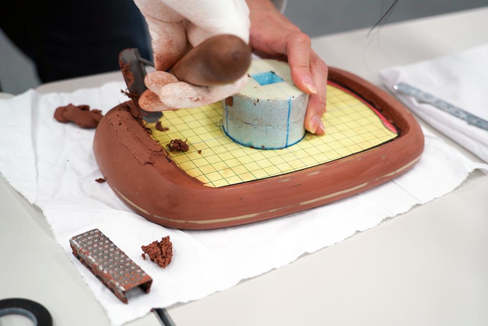 クレイモデラーがクレイ(粘土)を削る様子