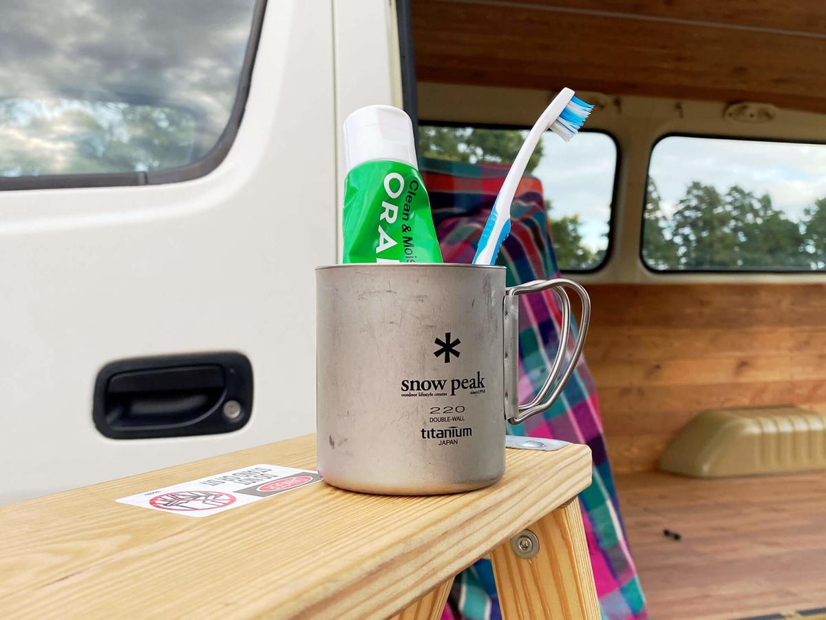 オーラルピース クリーン&モイスチュアがスノーピークのコップに入っている写真